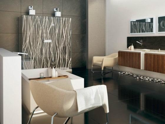 Decoración de cuarto de baño con muebles y accesorios modernos