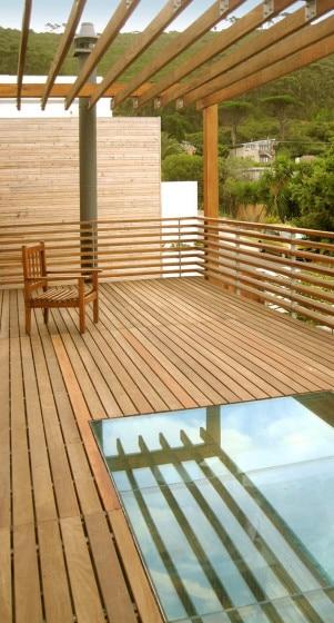 Detalle de piso transparente en terraza