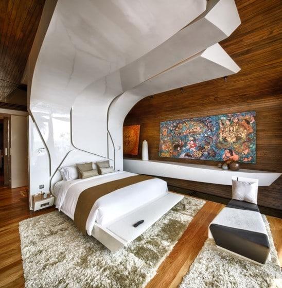 Diseño de cama con grande cabecera de color blanco