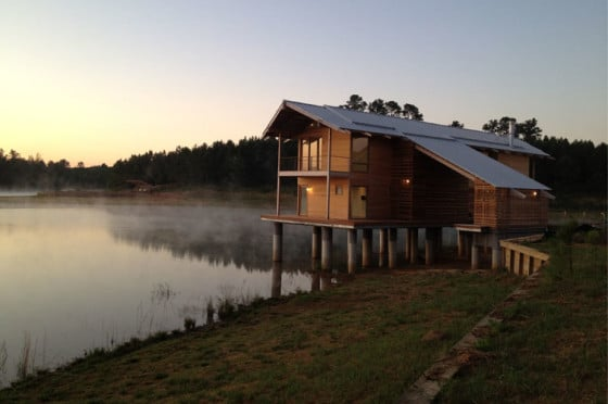 Diseño de casa de madera sobre  lago