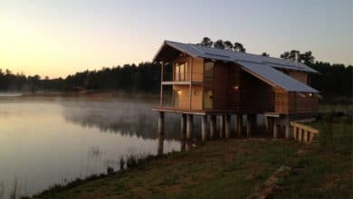 Photo of Diseño y construcción de casa de madera sobre lago, proceso constructivo e interiores