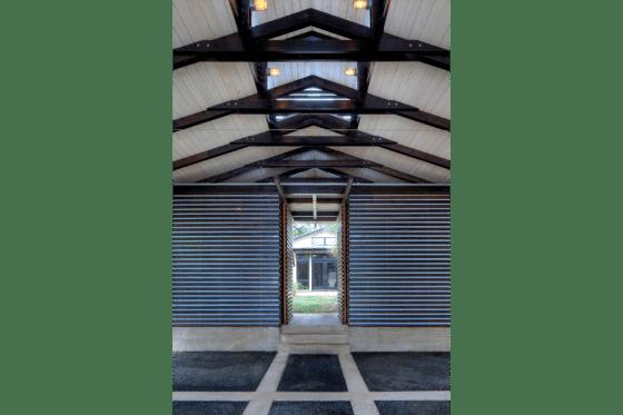 Diseño de cochera con vista al techo, pared y pisos