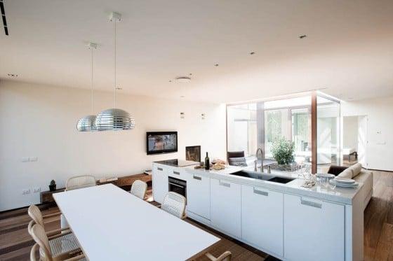 Diseño de cocina comedor de casa con cerco perimétrico