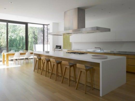 Diseño de isla de cocina moderna con taburetes de madera