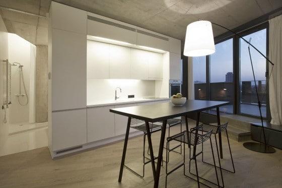 Diseño de mueble de cocina pequeña junto a comedor de cuatro sillas