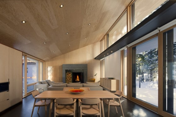 Diseño de comedor de madera de casa dividida en dos partes