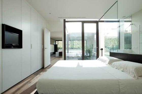 Diseño del dormitorio con grandes ventanas