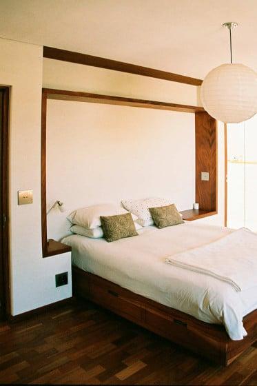 Diseño de cama empotrada a la pared del dormitorio