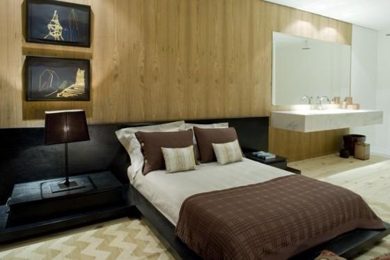 Diseño de dormitorio con pared de madera de pino y tocador