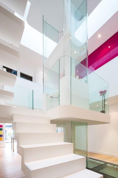 Dise o de interiores de casa peque a moderna iluminaci n for Ver escaleras de interiores de casas