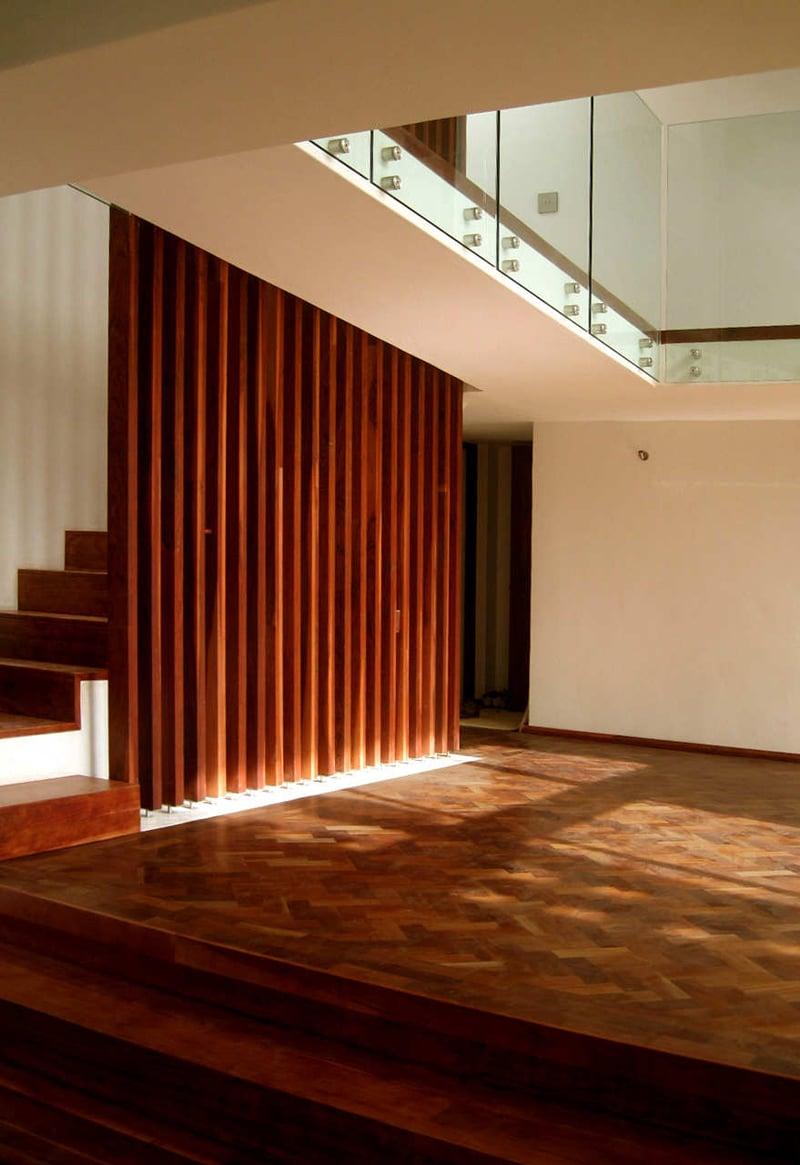 Planos de casa de dos pisos construida en terreno cuadrado for Imagenes escaleras modernas