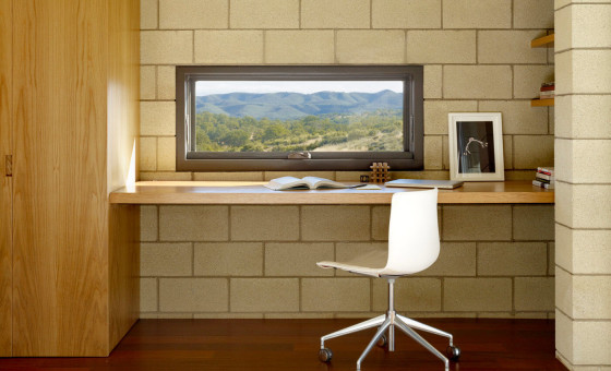 Diseño de estudio pequeño en casa de una planta