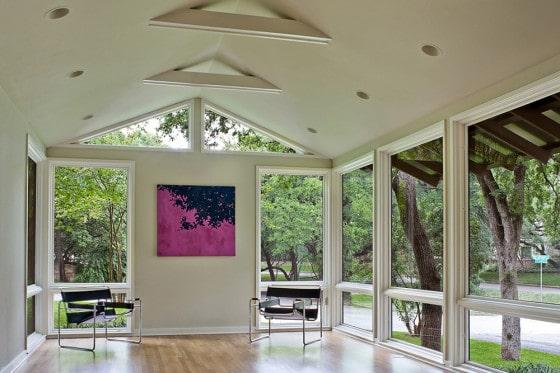 Diseño de interiores de casa de campo con grandes ventanas