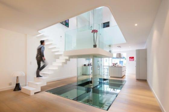 Diseño de interiores de casa ultra moderna, uso de cristales