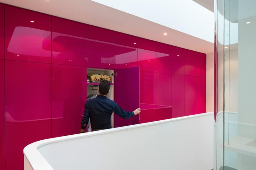 Dise o de interiores de casa peque a moderna iluminaci n for Diseno de paredes interiores casas