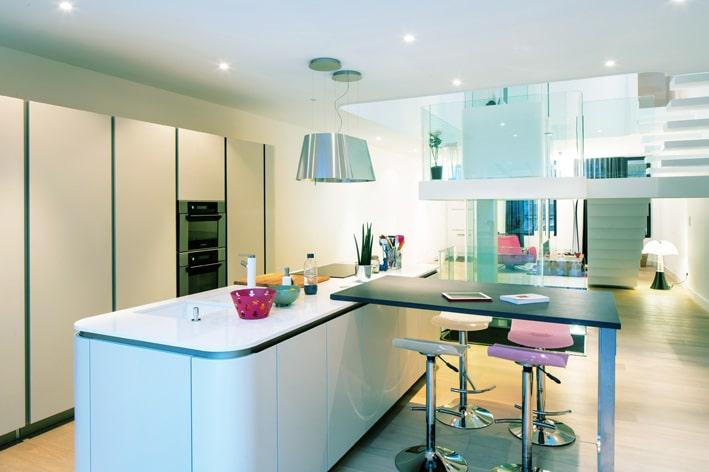 Dise o de interiores de casa peque a moderna iluminaci n - Cocinas modernas pequenas para apartamentos ...