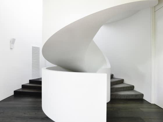 Diseño de moderna escalera ovalada de hormigón