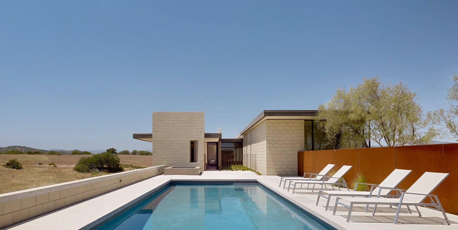 Dise o de casa moderna de un piso de ladrillo caravista for Diseno hidraulico de una piscina