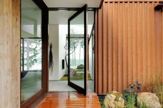 Diseño de puerta giratoria de madera y cristal