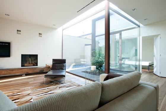 Diseño de interiores de sala con tragaluz