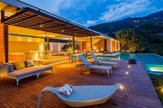 Diseño de terraza casa de campo vista por la noche