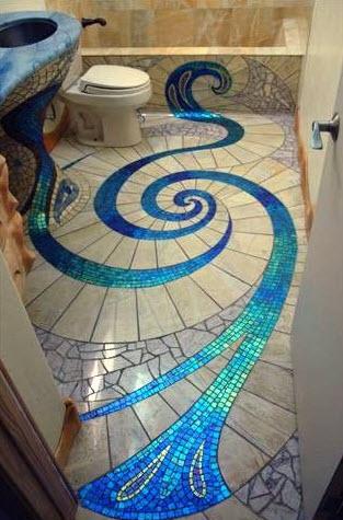 Diseño original de cuarto de baño con formas de azulejos en el piso