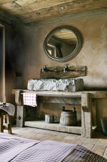 Diseño original de cuarto de baño rústico con lavamanos de piedra
