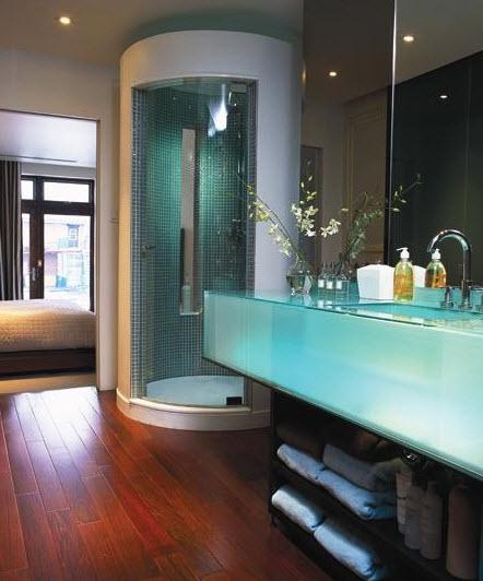 Diseño original de cuarto de baño con lavamanos transparente