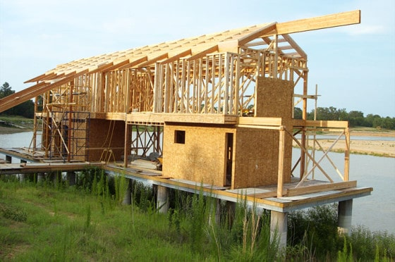 Construcción de segundo piso de casa de madera, podemos ver las varillas de madera