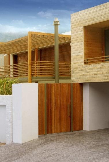Fachada de casa de dos pisos construido con varillas de madera
