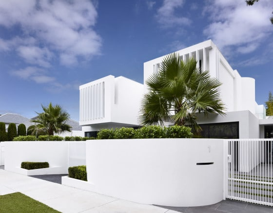 Fachada de  casa de dos pisos pintado de  color blanco