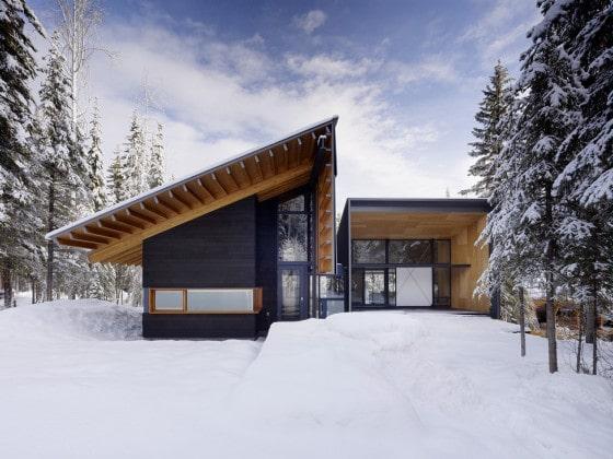 Moderna fachada de casa dividida en dos partes