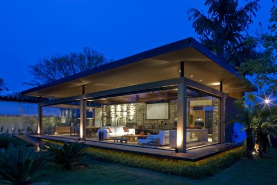 Fachada de casa pequeña con grandes ventanas