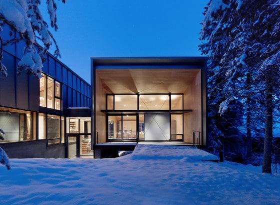 Fachada de moderna casa dividida en dos partes