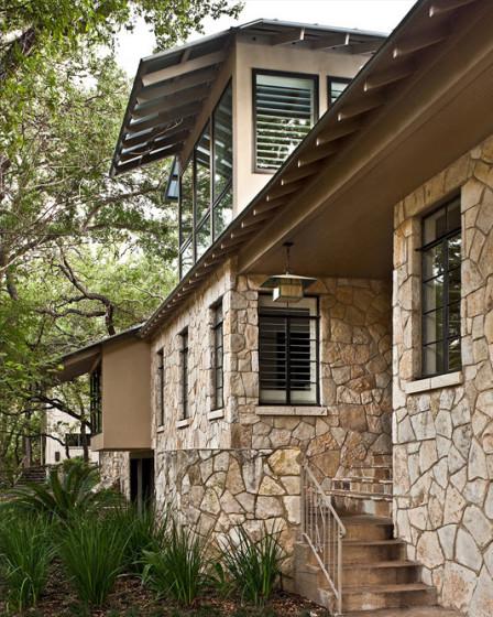 Fachada de piedra de casa en el campo