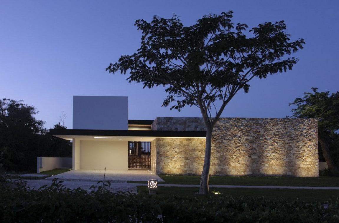 Dise o de casa en forma de l moderna fachada e interiores for Casas con piedras en la fachada
