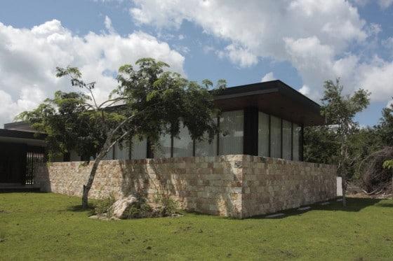 Fachada de piedra de casa en L
