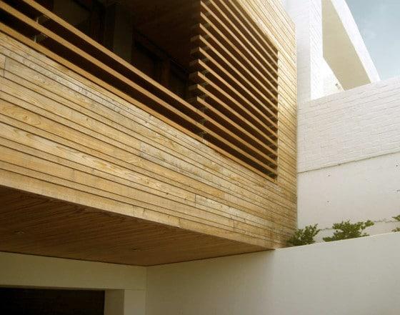 Fachada de varillas de madera de casa de dos plantas