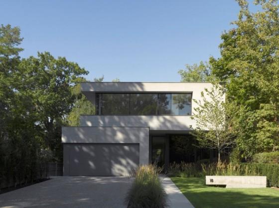 Fachada moderna de casa de dos pisos con trabajo de volúmenes