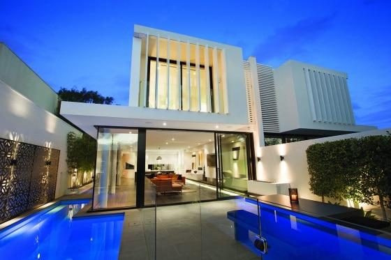 Piscina más terraza en casa de dos pisos que ha sido dividida en dos