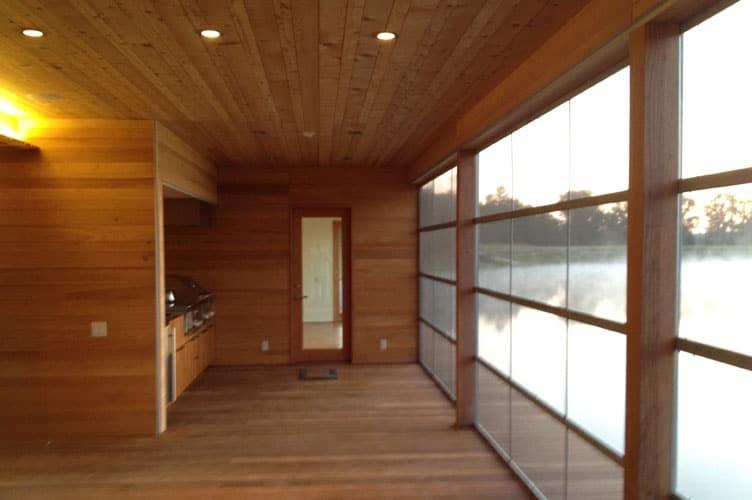 Dise o y construcci n de casa de madera sobre lago for Decoracion techos madera interior