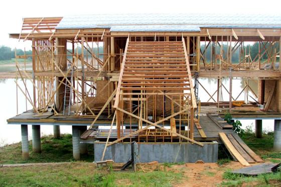 Foto de vivienda de madera en plena construcción