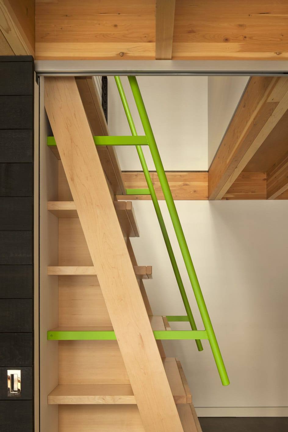 Dise o de casa dividida en dos partes planos e interiores for Escalera de madera para entrepiso
