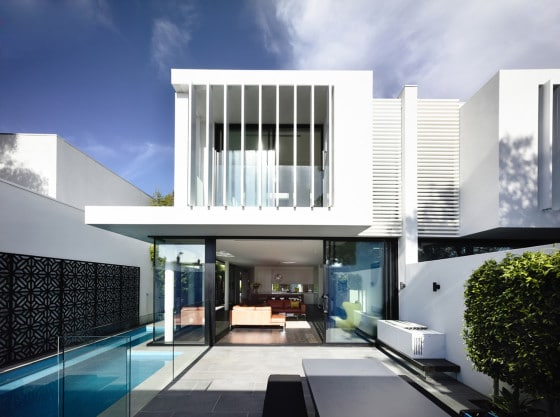 Vista de piscina y terraza de casa dos pisos