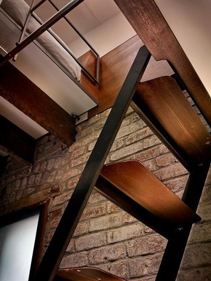 Peldaños de madera de escalera pequeña