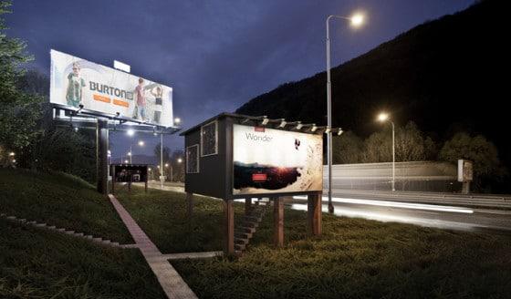 Foto de casa y panel de publicidad
