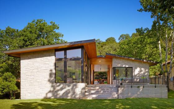 Diseño de casa de un piso con moderna fachada en piedra y madera