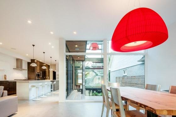 Diseño de interiores de cocina comedor moderno con lámpara roja