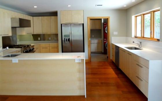 Diseño de cocina de casa rural con muebles de madera natural