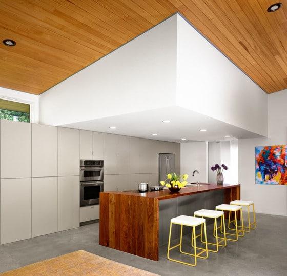 Diseño de cocina pequeña con techo de madera
